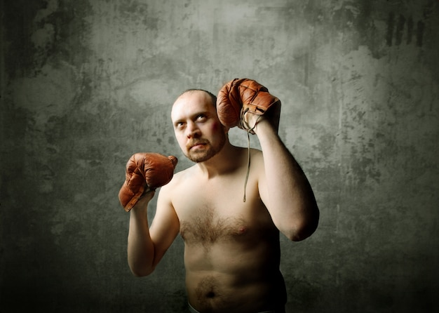Uomo con i guanti del ragazzo