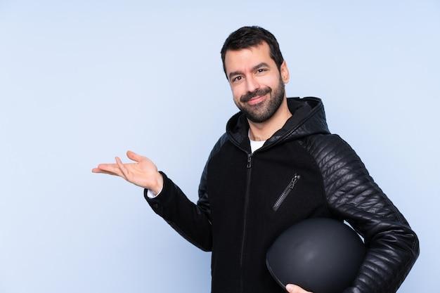 Uomo con il casco del motociclo sopra la parete isolata