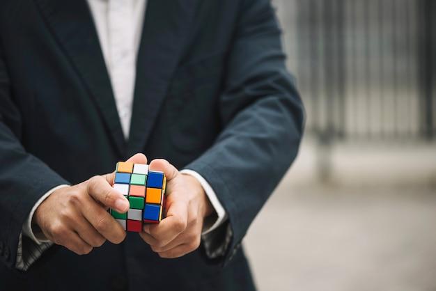 Uomo con il cubo di rubik