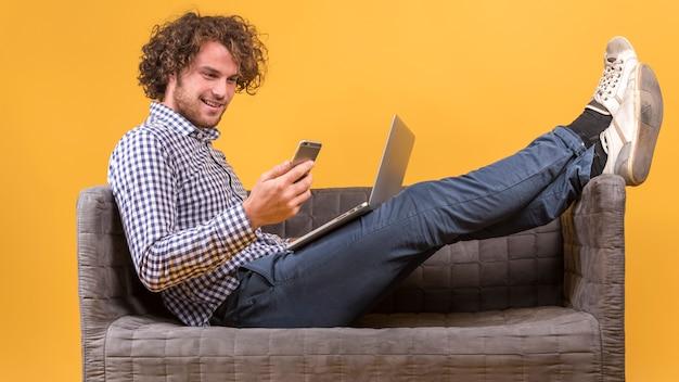 Uomo con il portatile sul divano
