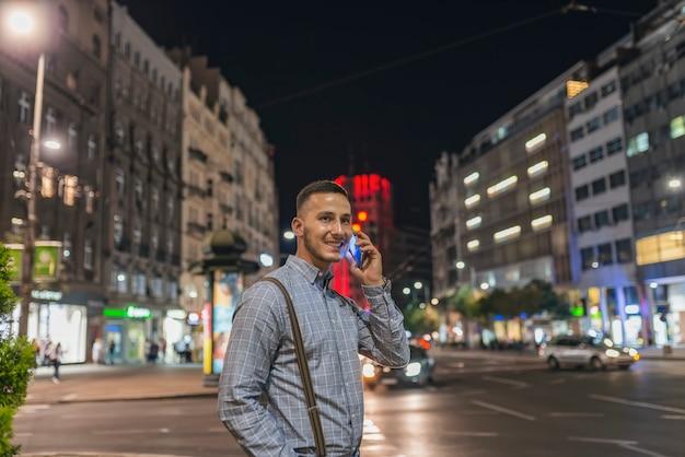 Uomo con il telefono in via della città