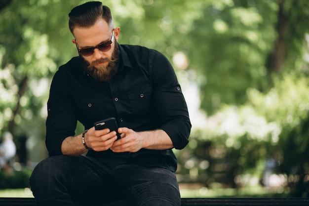 Uomo con il telefono nel parco