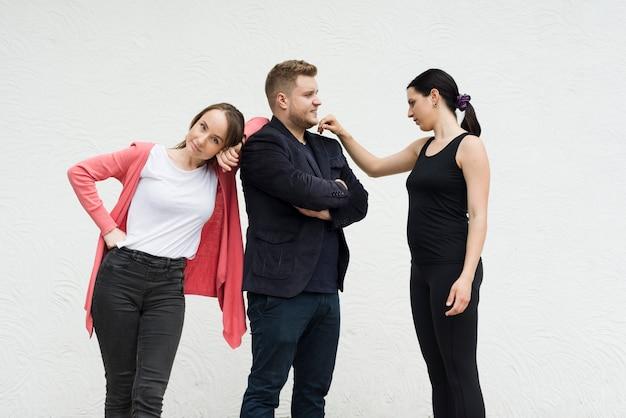 Uomo con l'amante e la moglie su fondo bianco