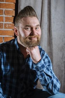 Uomo con la barba bei capelli e cura