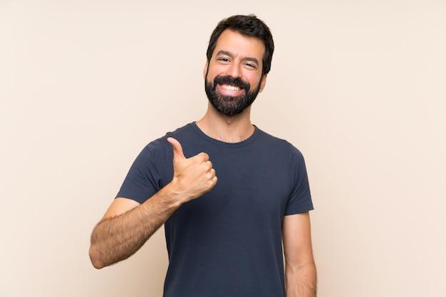 Uomo con la barba con il pollice in alto perché è successo qualcosa di buono