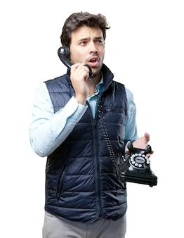 Uomo con la maglia che parla sul telefono