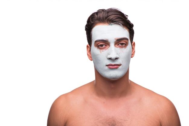 Uomo con la maschera del fango isolata su bianco