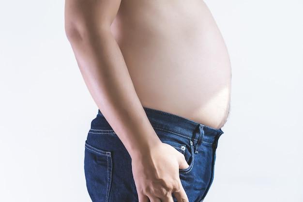 Uomo con la pancia grassa in sovrappeso paffuto