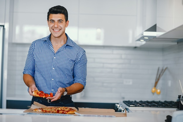 Uomo con la pizza