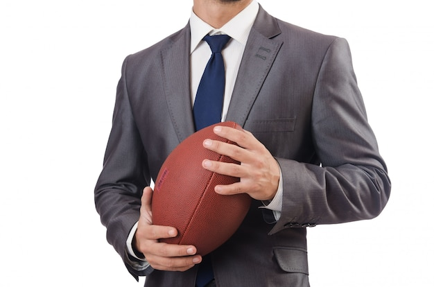 Uomo con la sfera di football americano isolata su bianco