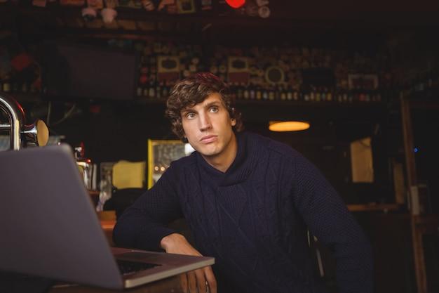 Uomo con laptop