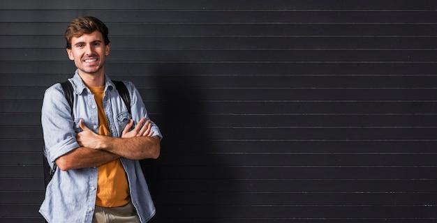 Uomo con le braccia incrociate su sfondo copia-spazio