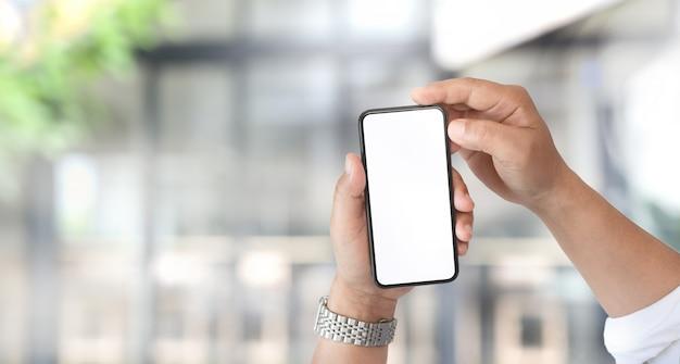 Uomo con lo smartphone schermo vuoto