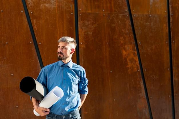 Uomo con lo spazio della copia e della cianografia
