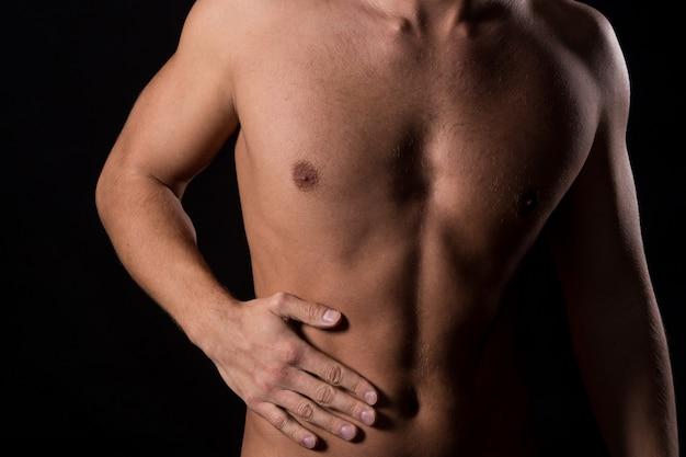 Uomo con mal di stomaco