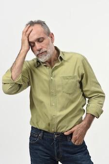 Uomo con mal di testa su bianco