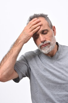 Uomo con mal di testa su sfondo bianco