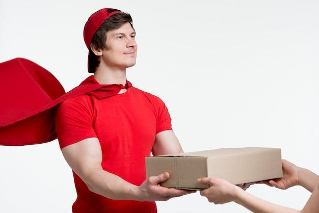 Uomo con mantello consegna scatola