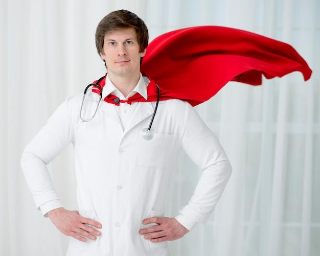 Uomo con mantello e stetoscopio