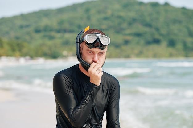 Uomo con maschera da snorkeling