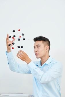 Uomo con modello di molecola chimica