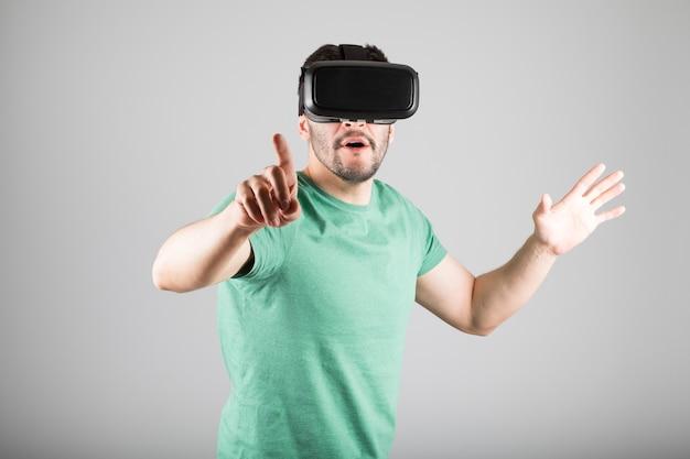 Uomo con occhiali per realtà virtuale isolati