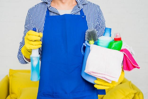 Uomo con prodotti per la pulizia