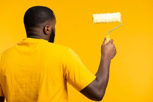 Uomo con rotolo di pittura