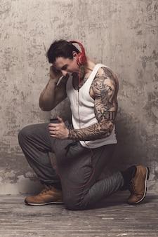 Uomo con tatuaggio ascoltando musica