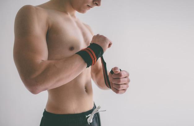 Uomo con torso muscoloso.