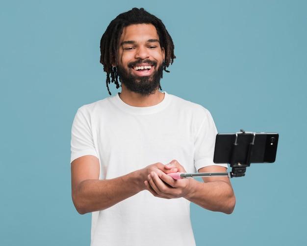 Uomo con un bastone selfie