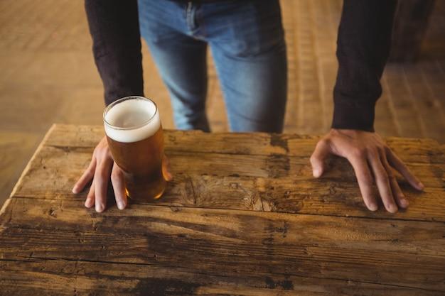 Uomo con un bicchiere di birra