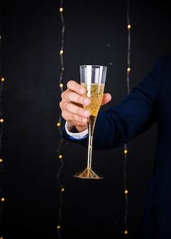 Uomo con un bicchiere di champagne