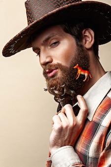 Uomo con un cappello da cowboy