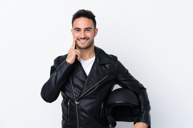Uomo con un casco da motociclista che sorride con un'espressione felice e piacevole
