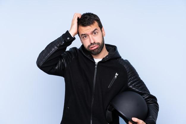 Uomo con un casco da motociclista con un'espressione di frustrazione e non comprensione