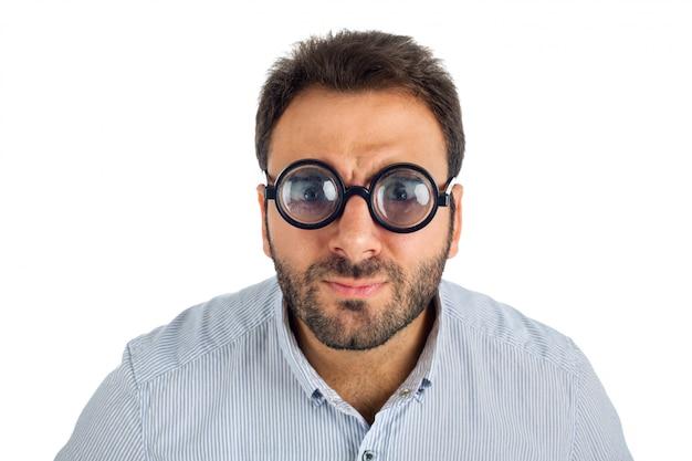 Uomo con un'espressione sorpresa e occhiali spessi