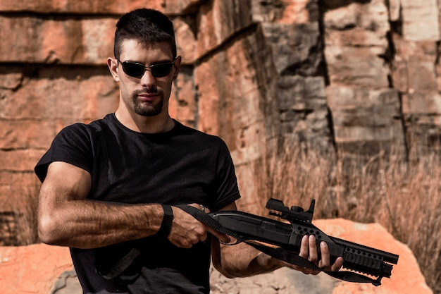 Uomo con un fucile