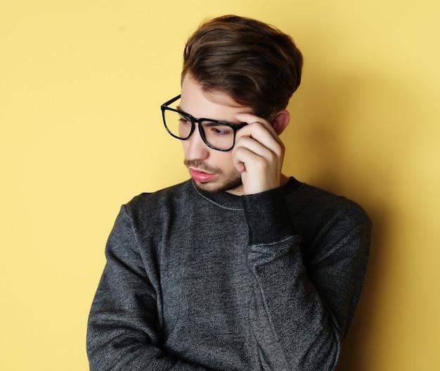 Uomo con un grande sorriso indossando occhiali moda