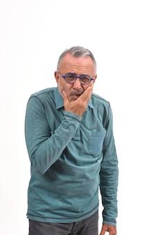 Uomo con un mal di denti su bianco