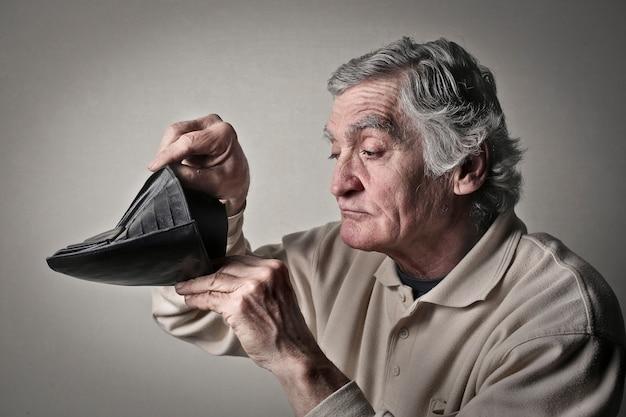 Uomo con un portafoglio