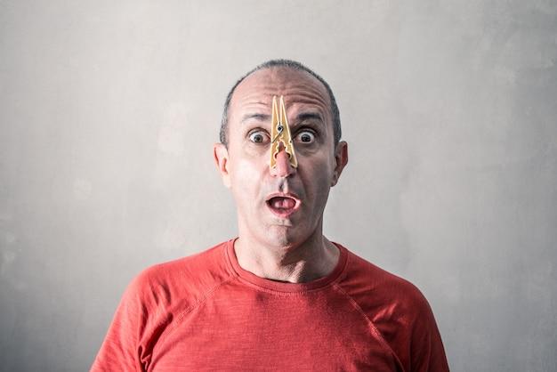 Uomo con una clip per naso