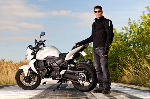 Uomo con una moto