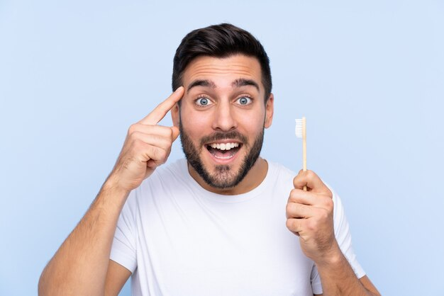 Uomo con uno spazzolino da denti