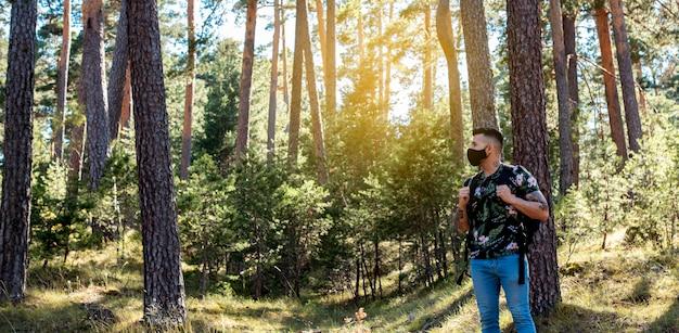 Uomo con zaino in una foresta