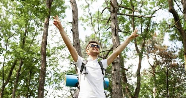 Uomo con zaino nella foresta