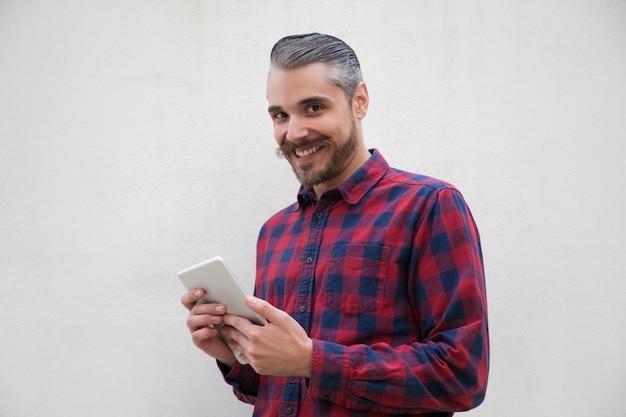 Uomo contento con sorridere digitale della compressa