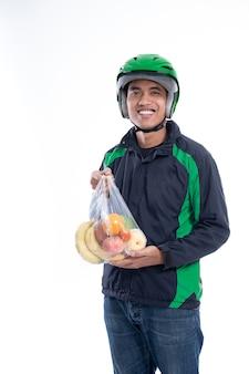 Uomo corriere con generi alimentari su un sacchetto di plastica