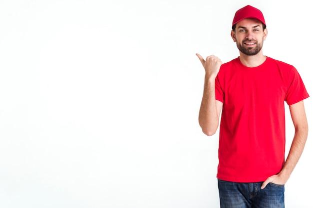 Uomo corriere in piedi e copia spazio sullo sfondo
