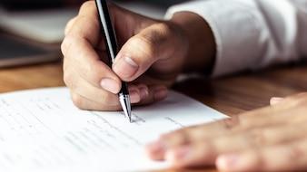 Uomo d'affari che firma un documento in ufficio